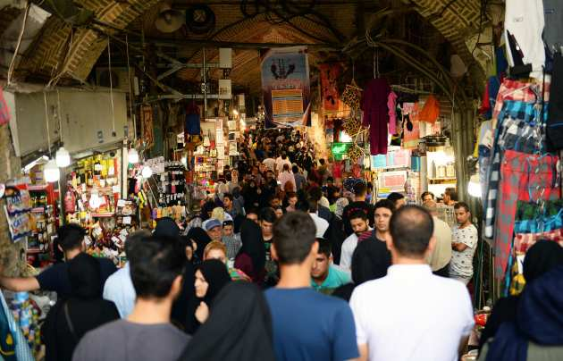 People are seen at a bazaar as they keep on to sustain their lives besides the U.S. will enforce sanctions against Iran, om 6 August, 2018 [Fatemeh Bahrami/Anadolu Agency]